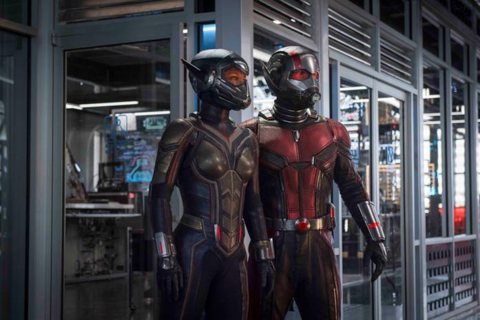 Wasp e Ant-Man con indosso i loro costumi nel film del 2018
