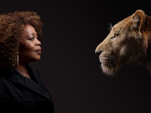 L'attrice Alfre Woodard presta la sua voce alla leonessa Sarabi, la madre di Simba