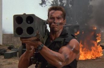 Arnold Schwarzenegger in una scena di Commando