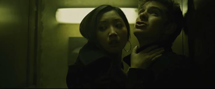 Christy Lee (Brenda Song) ed Eduardo Saverin (Garfield) chiusi in un bagno