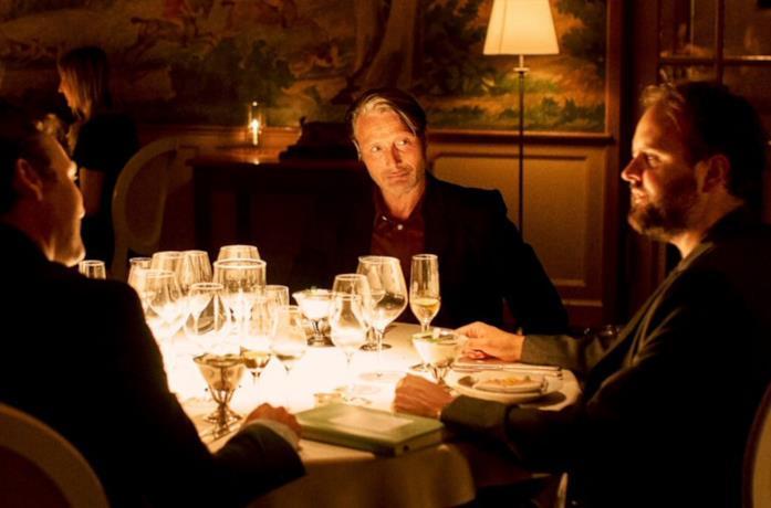Mads Mikkelsen con gli altri protagonisti a cena