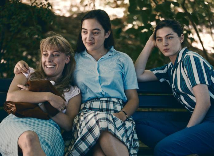 Le tre protagoniste di L'Événement sedute su una panchina