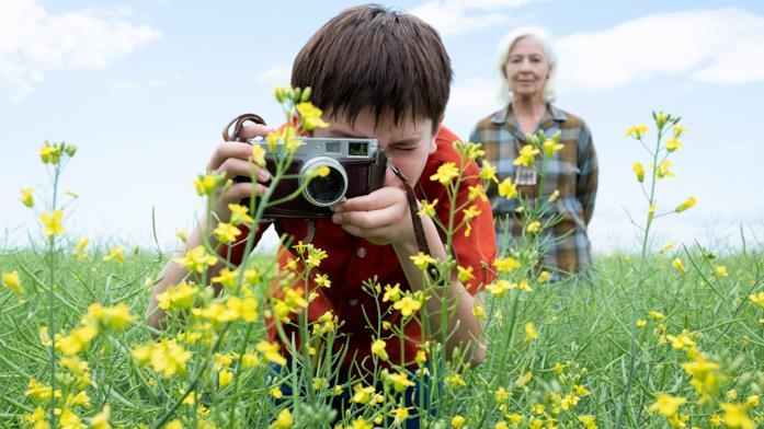Oscar fotografa i fiori gialli insieme alla nonna