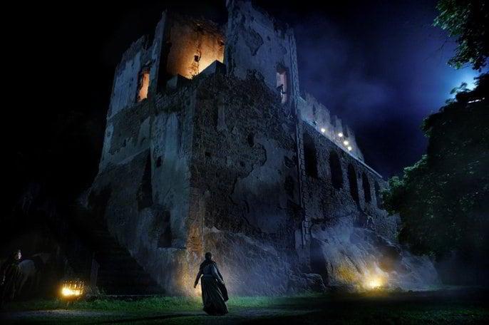 Una buia immagine degli esterni della serie