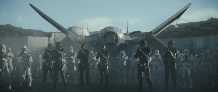 Gli Stormtroopers schierati da Moff Gideon in una scena della serie The Mandalorian