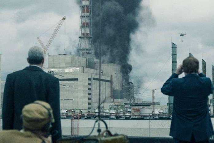 Una foto di Stellan Skarsgård e Jared Harris di spalle mentre la centrale esplode in una scena della serie TV Chernobyl