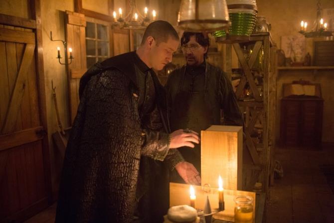 Samuel Roukin interpreta la Sentinella mentre Marilyn Manson interpreta Thomas Dinley