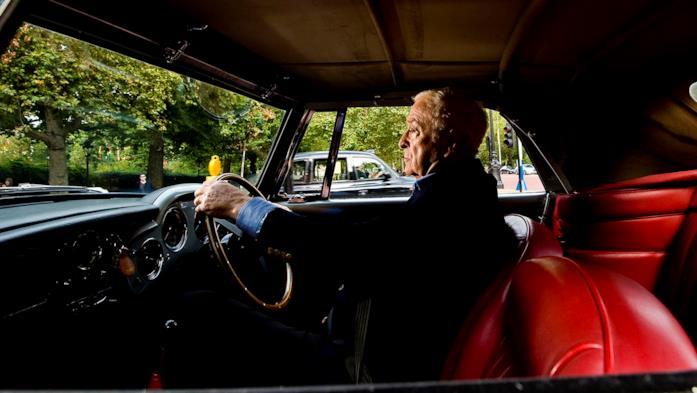 Una scena di My Generation con Michael Caine che guida