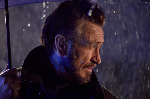 Rocco Schiavone sotto la pioggia