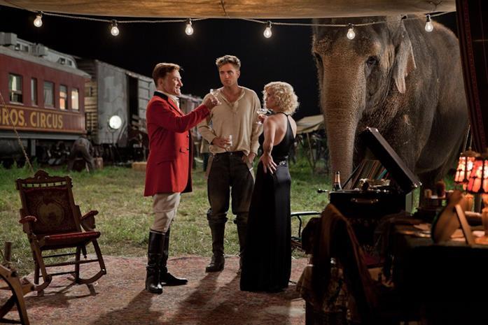 Una scena di Come l'acqua per gli elefanti con Pattinson, Waltz e Witherspoon
