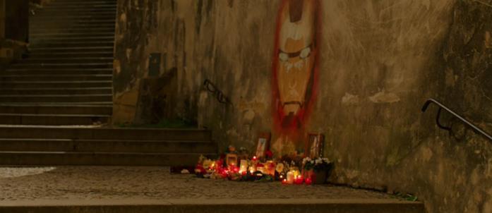Il murales di Iron Man con delle candele accese