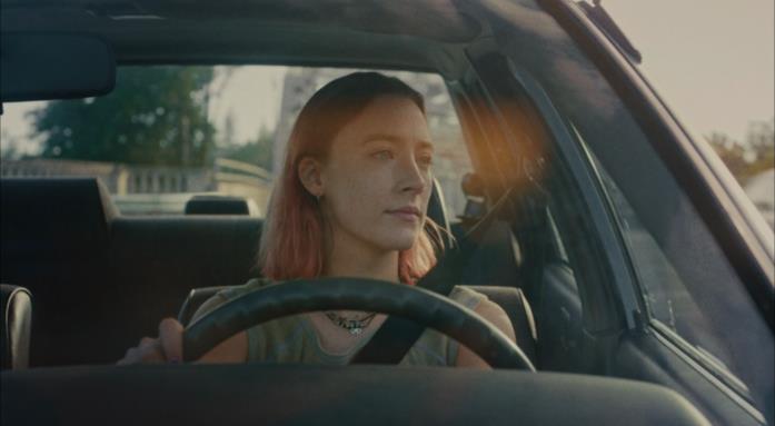 Lady Bird, in macchina, guida da sola per le strade di Sacramento