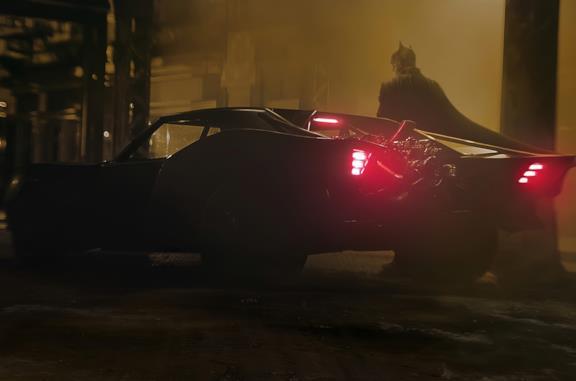 Batman accanto alla Batmobile