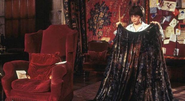 Harry Potter con il mantello tra le mani