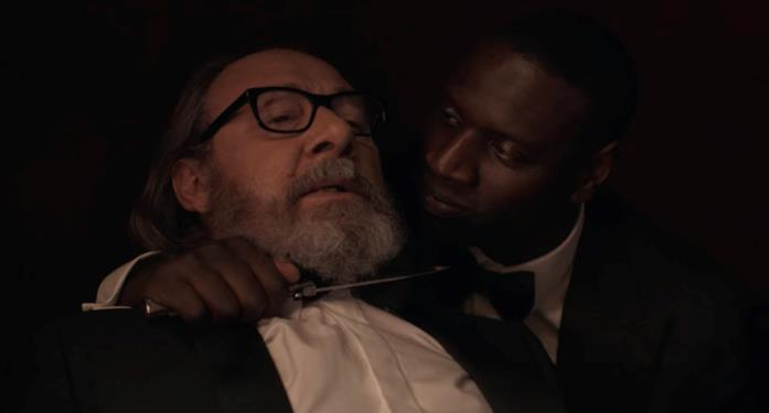 Assane minaccia Hubert nel finale di Lupin 2