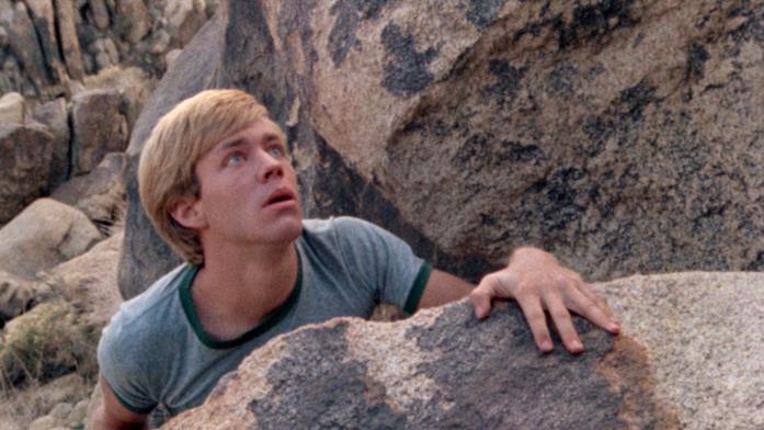 Bobby cerca la cagnolina Bella tra le colline rocciose