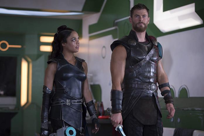 Tessa Thompson e Chris Hemsworth in Thor: Ragnarok