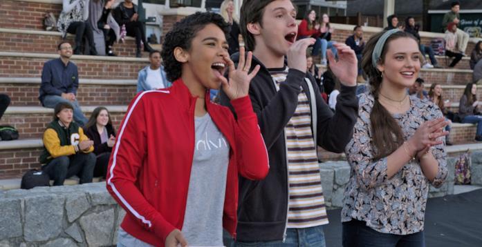 Simon e le amiche fanno il tifo per la squadra del liceo