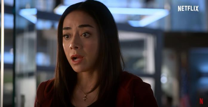 Ella sconvolta da alcuni strani fenomeni nel trailer di Lucifer 6