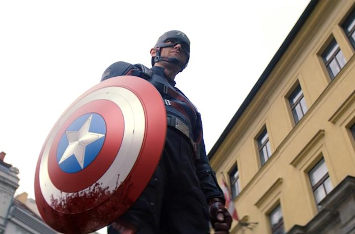 John Walker impugna lo scudo di Captain America in The Falcon and the Winter Soldier
