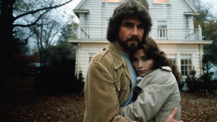 I protagonisti James Brolin e Margot Kidder davanti la casa di Amityville