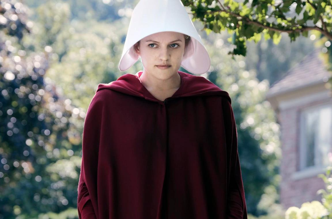 Primo piano di Elisabeth Moss in The Handmaid's Tale