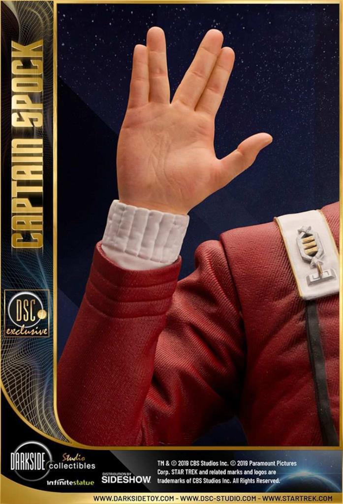 Capitan Spock stauta da collezione - dettaglio mani