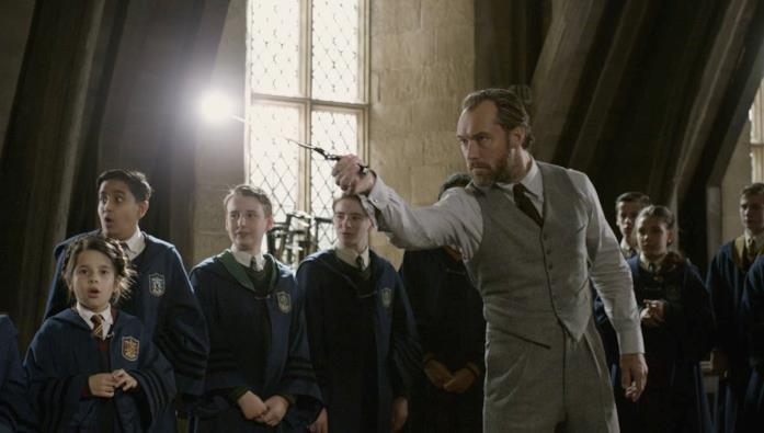 Un giovane Silente mostra degli incantesimi alla sua meravigliata classe di Hogwarts
