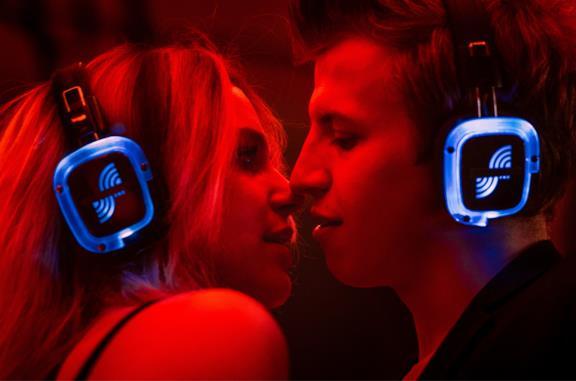 I due giovani protagonisti del film in una silent disco