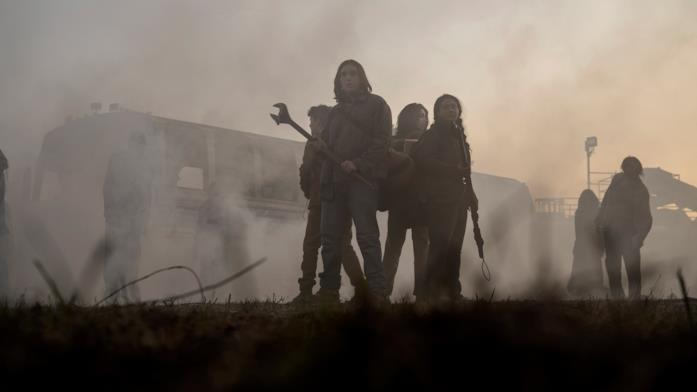 I protagonisti sono circondati dai vaganti e dal fumo