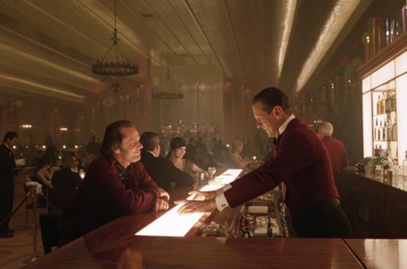 Jack Torrance parla con Lloyd, il barman, al party nella Gold Room