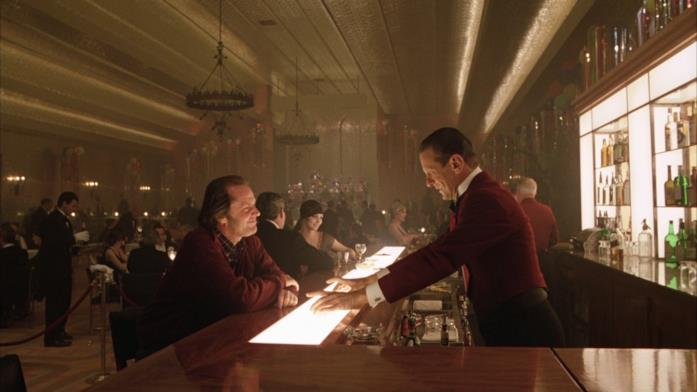 Jack Torrance parla con Lloyd, il barman, al party nella Gold Room