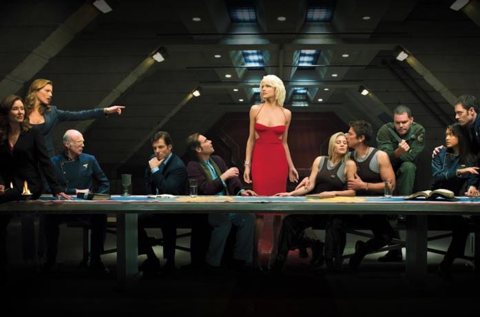 Il cast di Battlestar Galactica seduto a un tavolo
