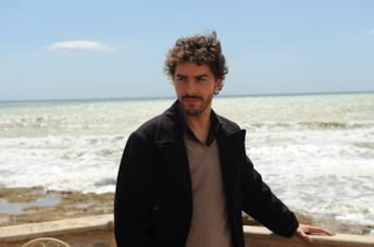 Il giovane Montalbano guarda il mare dalla terrazza di casa