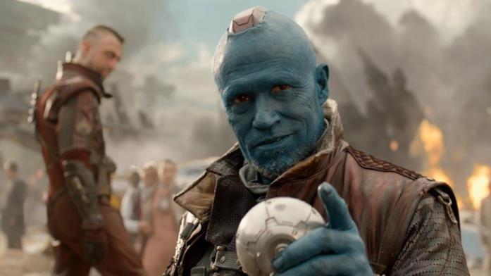 Yondu tiene in mano l'Orb in una scena finale di Guardiani della Galassia