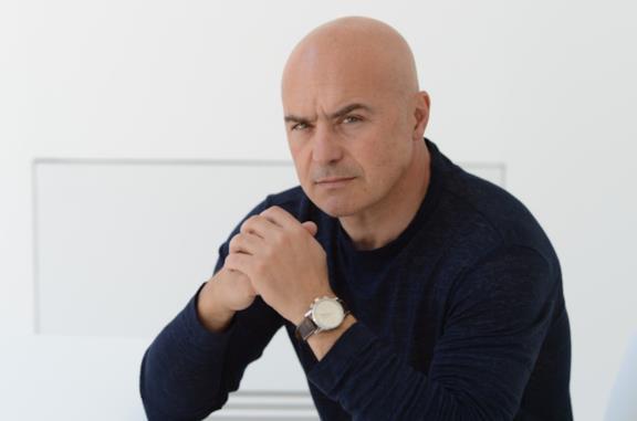 Dopo Montalbano, Luca Zingaretti diventa Il Re: l'attore è sul set per il prison drama italiano di Sky