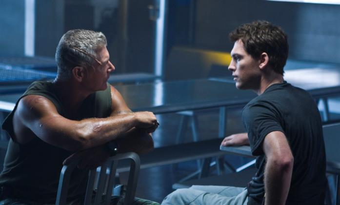 Jake (Sam Worthington) e il colonnello Quaritch (Stephen Lang) parlano, seduti nella sala mensa della base