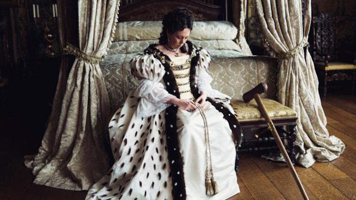 La regina Anna siede a sguardo basso nelle proprie stanze