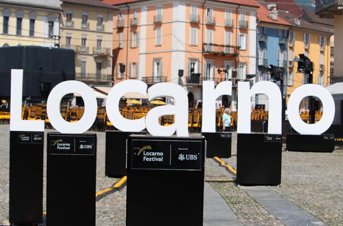 La scritta Locarno in Piazza Grande
