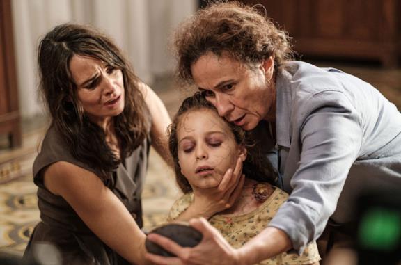 Mía Maestro, Giulia Patrignani e Raffaella D'Avella in una scena del film Il legame