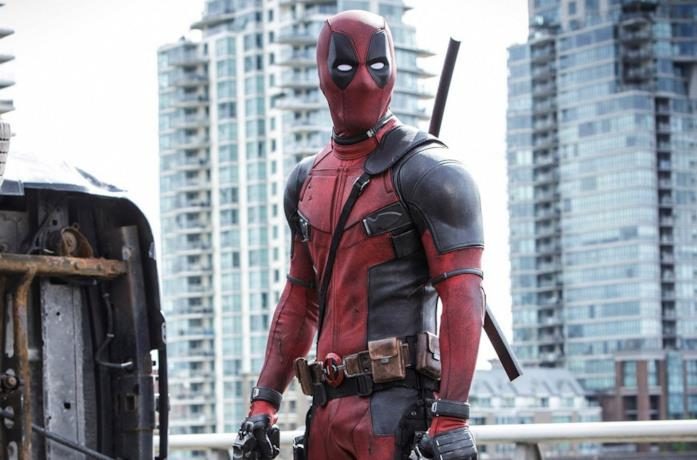 Deadpool impugna due pistole e si prepara all'attacco