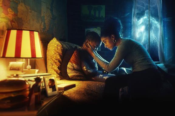 Alisha Wainwright e Ja'Siah Young, uno di fronte all'altra sul letto