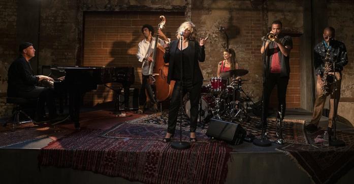 Joanna Kulig si esibisce con la band in una scena di The Eddy