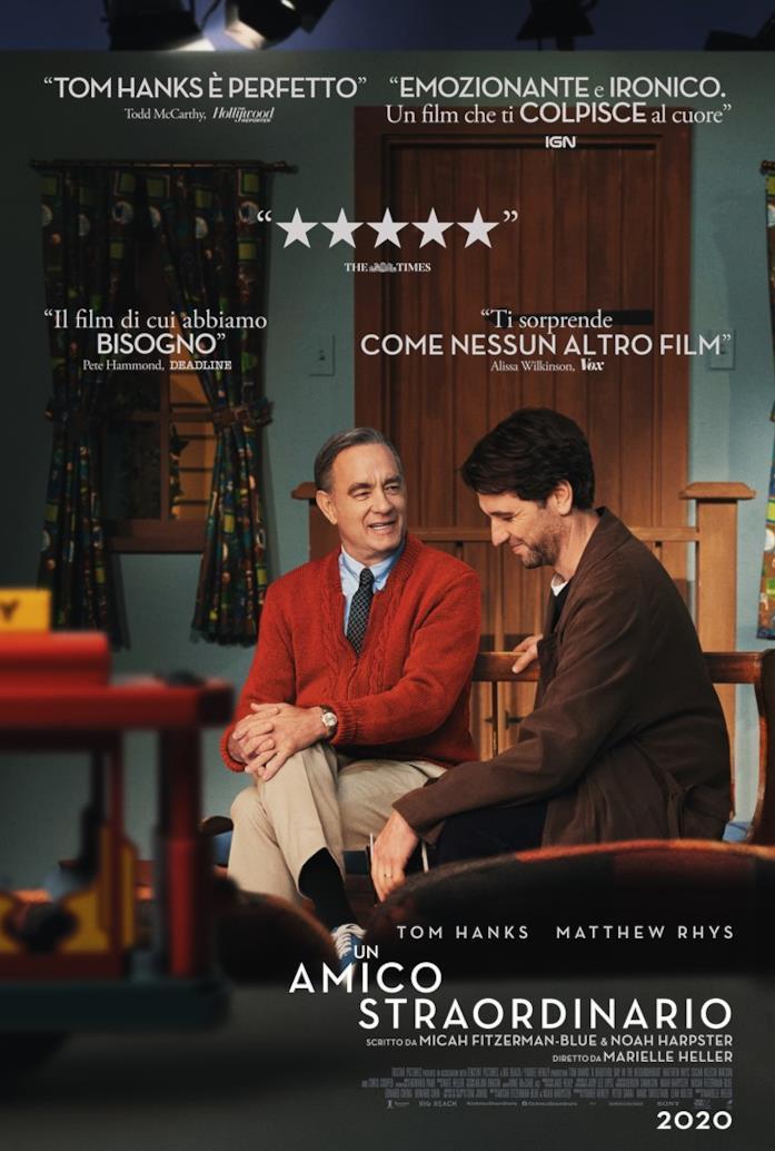 Poster italiano di Un Amico Straordinario, con Tom Hanks nei panni di Fred Rogers seduto