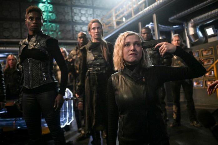 Clarke si punta una pistola alla testa
