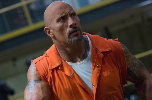 Dwayne Johnson in una scena del film Hobbs and Shaw