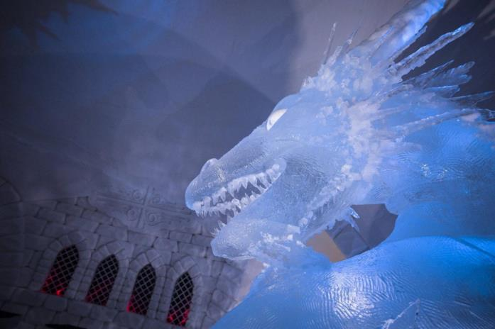 Un drago di ghiaccio in una sala dell'albergo a tema Game of Thrones