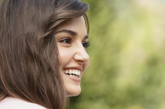 Chi è Hande Erçel, l'attrice turca protagonista di Love Is In The Air