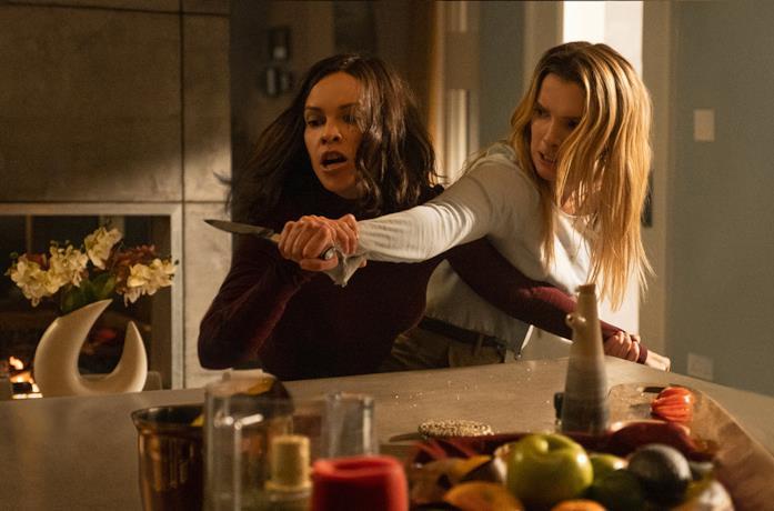 Athena e Crystal combattono in The Hunt