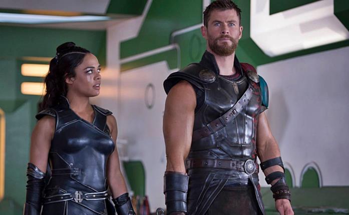 Valchiria guarda Thor, all'interno di un ambiente strano